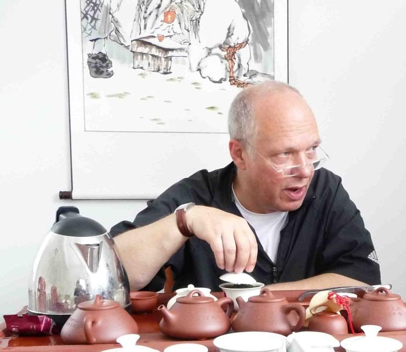 Gerhard Thamm bei einer Teeprobe in Wuyishan (Foto: © Gerhard Thamm)