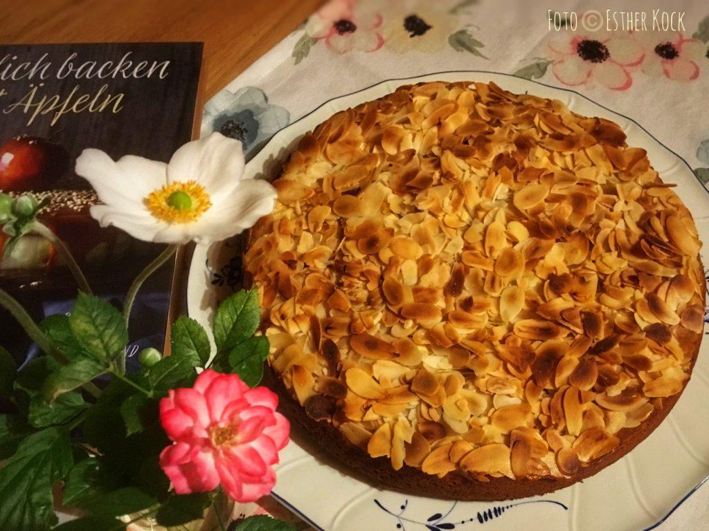 """Apfelmuskuchen mit Mandeln nach einem Rezept aus """"Köstlich backen mit Äpfeln"""" (Foto © Esther Kock)"""